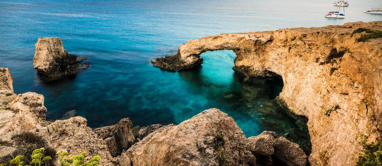 beautiful-natural-rock-arch-of-ayia-napa-on-cyprus-island-shutterstock_324412754-2 zypern