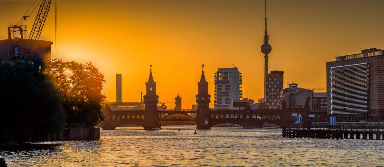 classic-view-of-berlin-skyline-with-spree-river-and-oberbaum-bridge-in-beautiful-golden-evening-light-at-sunset-germany_shutterstock_508514413-1_klein