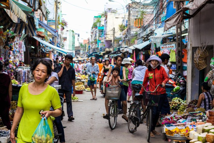 crowded-marketplace-with-street-vendor-in-ho-chi-minh-city-vietnam-shutterstock_62087224-editorial-only-stephen-bures-2 – Kopie