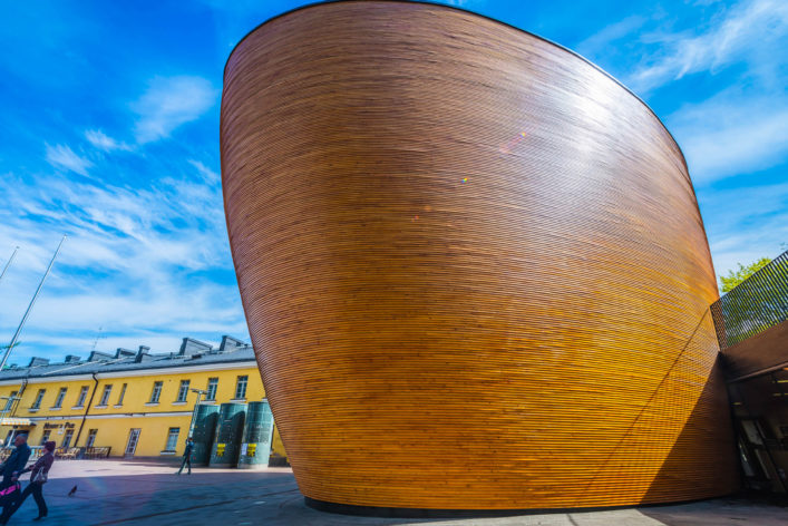 helsinki-kamppi-chapel-of-silence-personen-auf-narinkka-square-istock_000066941523_large-editorial-only-fotovoyager-2