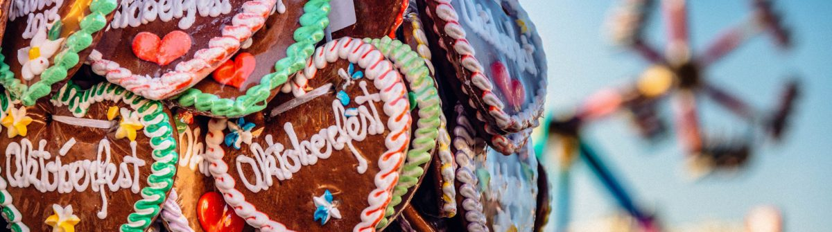 typical-souvenir-at-the-oktoberfest-in-munich-a-gingerbread-heart-lebkuchenherz-shutterstock_290839331-2a