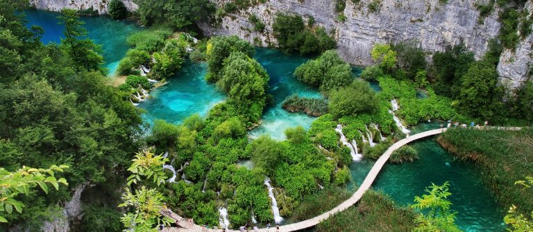 turquoise lake with waterfals in Plitvica