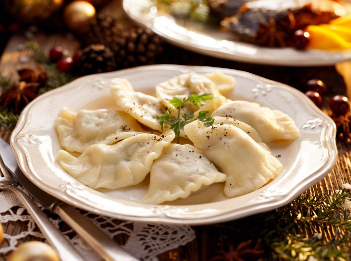 Dumplings-stuffed-with-mushroom-and-cabbage-on-a-white-plate-on-wooden-table.Traditional-Christmas-eve-dish-in-Poland_shutterstock_749518531-klein