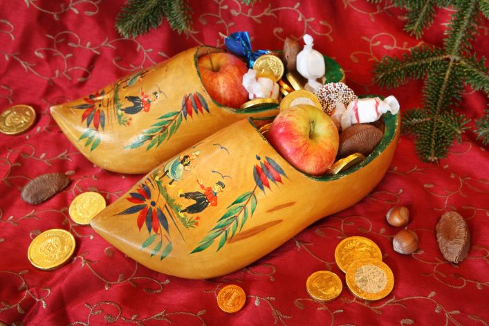 Vintage-Wooden-Shoes-filled-with-treats-for-St-Nicholas-Day_shutterstock_86978723-klein