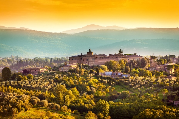 Tuscany-Country-Scenic-Landscape-of-Vineyard-and-Hill-Town-Siena-Italy-iStock_000075361613_klein