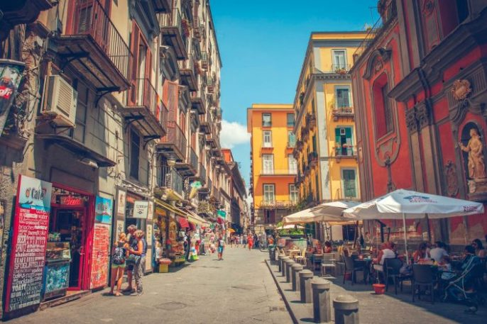 Gassen-von-neapel-in-Italien-EDITORIAL-ONLY-ArtMarie-iStock-508036728