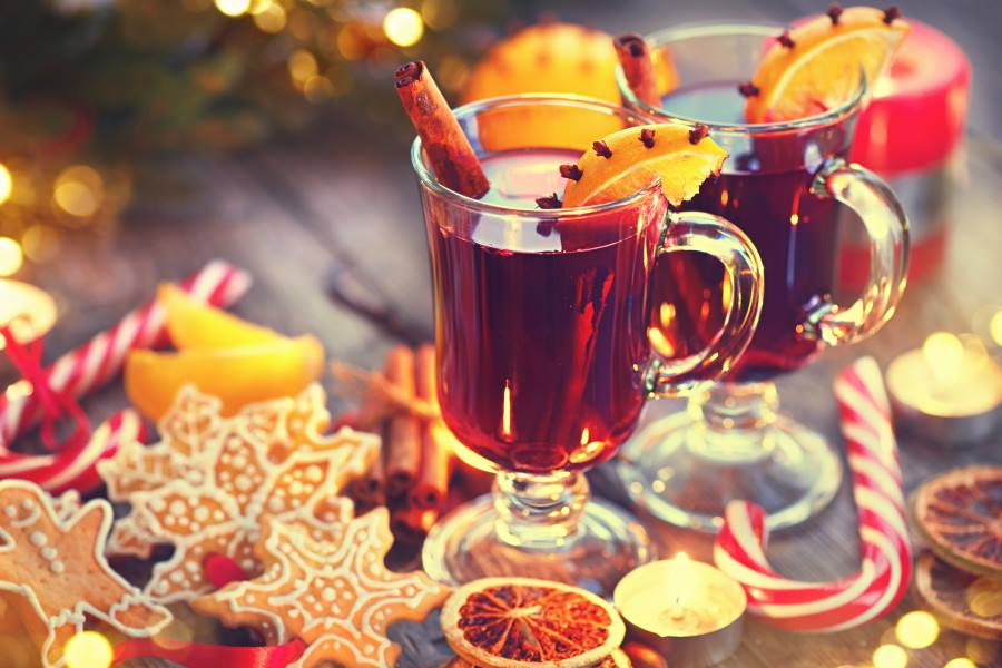 shutterstock_347932922_Traditional-Christmas-Mulled-Wine-hot-drink-with-cinnamon-stick-slices-of-orange-and-spices-on-holiday-decorated-Christmas-table.-Christmas-dinner_900x600