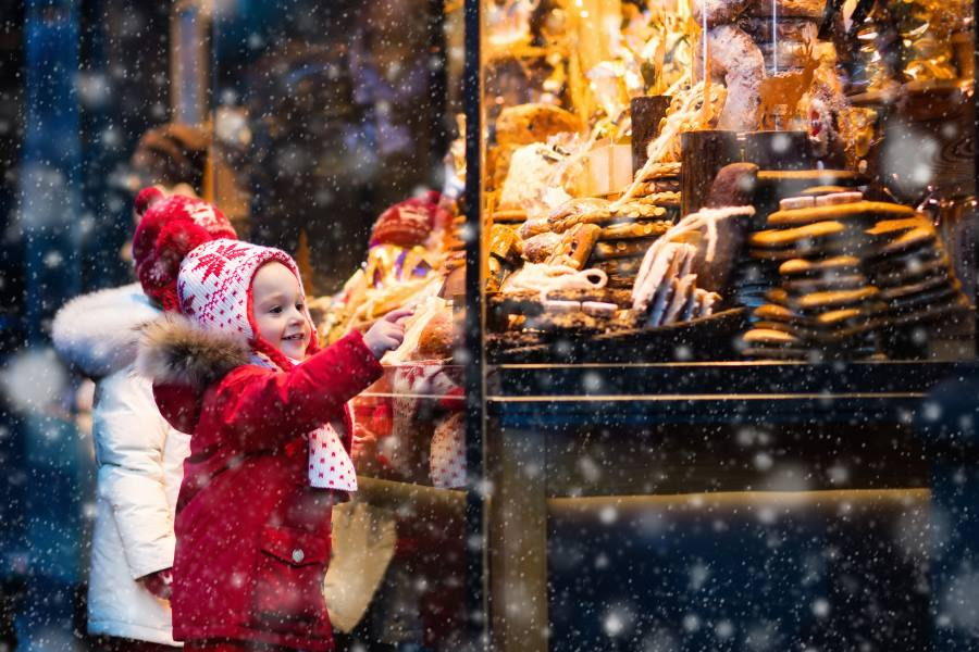 shutterstock_493339819_Children-window-shopping-on-traditional-Christmas-market-in-Germany-on-snowy-winter-day_900x600
