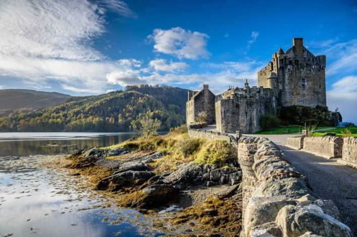 shutterstock_512226922_Majestic-Eilean-Donan-castle-on-beautiful-autumn-day-with-sunny-foreground-dramatic-sky-and-amazing-scenery_900x600