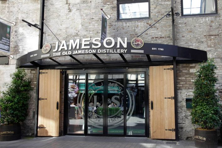 Eingang-zum-Old-Jameson-whiskey-distillery-Dublin-Irland-EDITORIAL-ONLY-SoopySue-iStock-458621387_tiny