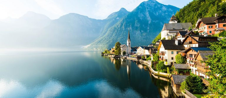 Lakeside-Village-of-Hallstatt-in-Oesterreich-iStock_000047446126_Large-2