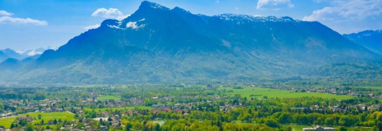shutterstock_785831134_Panoramic-view-of-the-Salzburg-basin-with-the-Untersberg-mountain-in-the-background_900x600