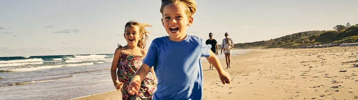 Familie-am-Strand-iStock-936837176
